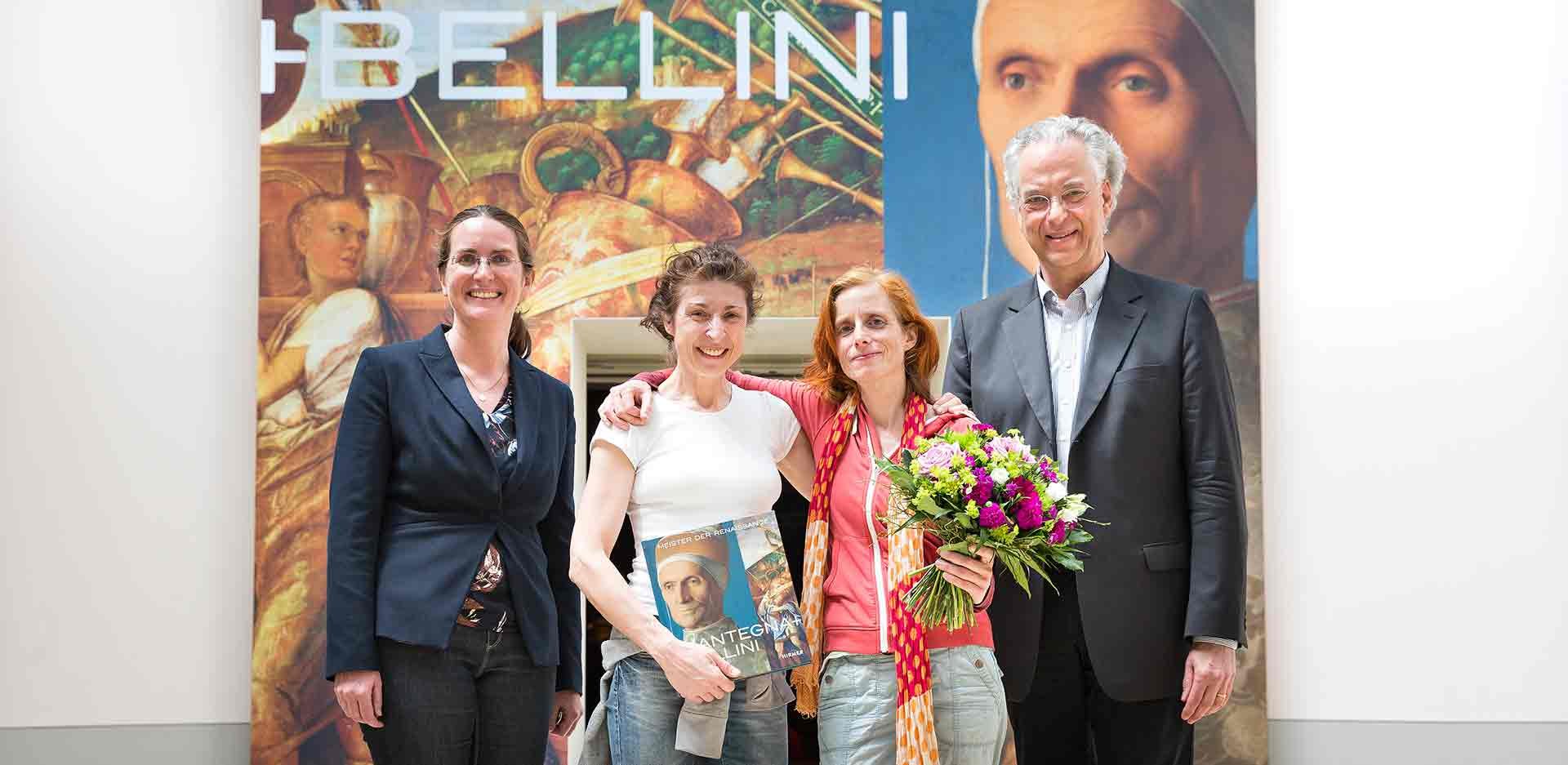 Michael Eissenhauer, General Director of the Staatliche Museen zu Berlin and Director of the Gemäldegalerie and Skulpturensammlung (right), and Dagmar Korbacher, curator (left), greet the 100,000th visitor to the exhibition: Ina Röttger (2nd from left) and Florence K.(2nd from right)