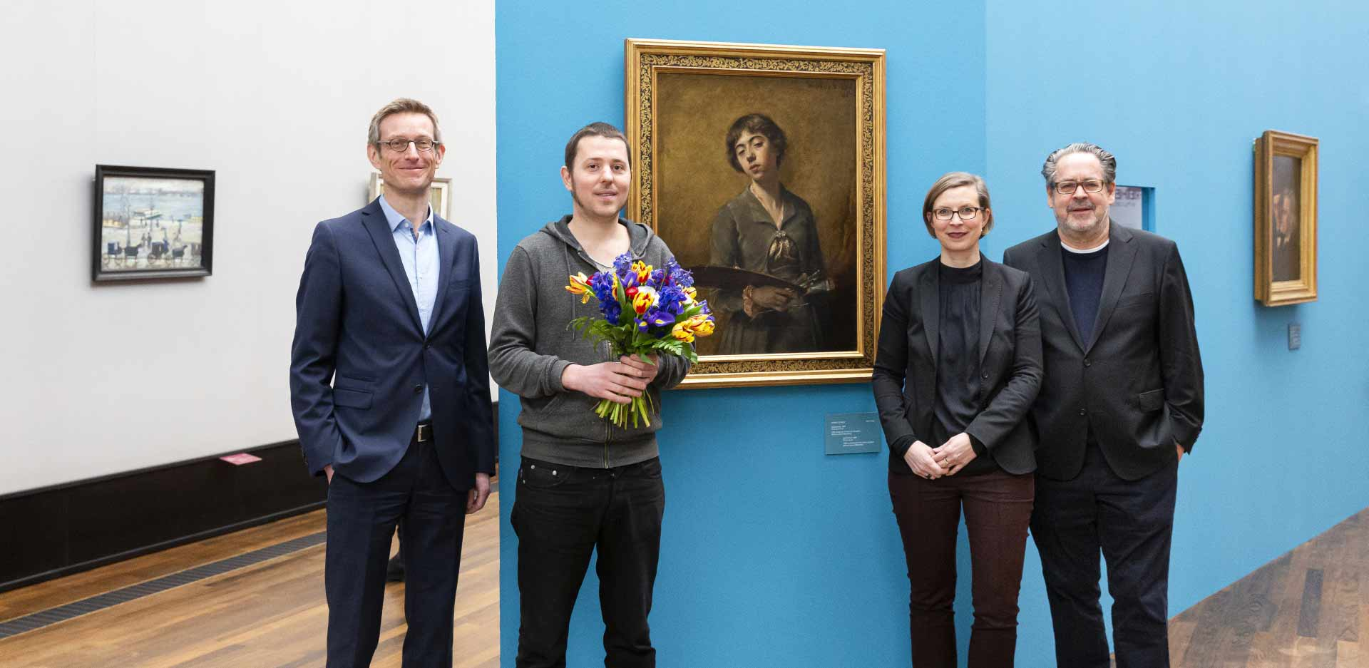 Ralph Gleis, head of the Alte Nationalgalerie; Antoine Pihier, 125,000th visitor to the exhibition Fighting for Visibility: Women Artists in the Nationalgalerie before 1919; Yvette Deseyve, curator for sculpture and the plastic arts at the Alte Nationalgalerie; and Udo Kittelmann, director of the Nationalgalerie (from left to right)