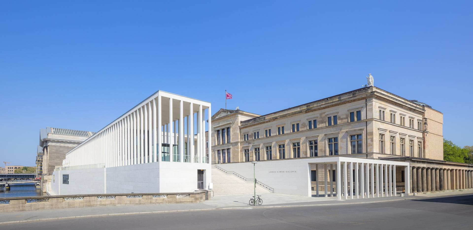The James-Simon-Galerie on the Museumsinsel Berlin with its colonnades made of white exposed concrete