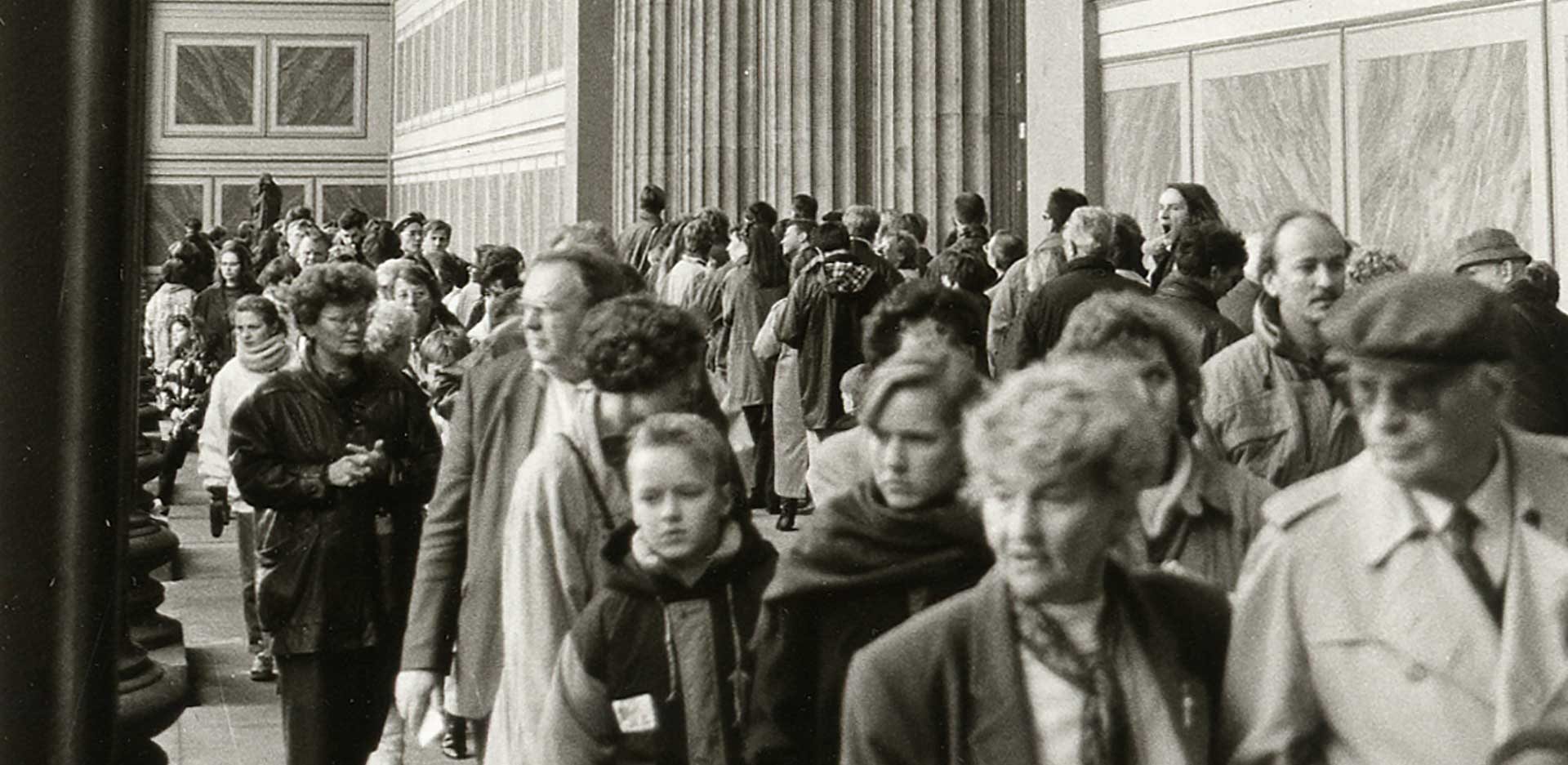 Visitors of the Rembrandt exhibition with paintings from the Gemäldegalerie (East) and the Gemäldegalerie (West) in the Altes Museum, 1991